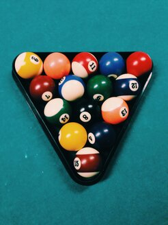 Sorted billiard balls in triangle on pool table with - MEAF000195