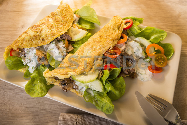 Kebab Omelette filled with beef, champignon, onions, salad and yoghurt dressing, Low Carb - CSTF000055