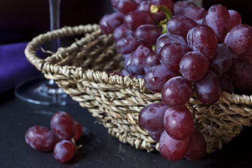 Wicker basket of red grapes (vitis vinifera), close-up - YFF000047