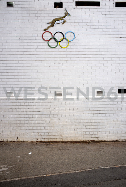 South Africa, Johannesburg, Olympic Rings on a wall - TK000295 - TeKa/Westend61