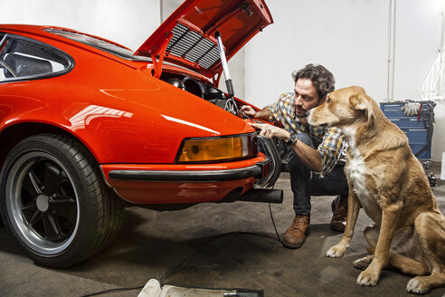 Man repairing his vintage car - SE000572