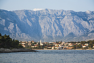 Croatia, Brac, Sumartin, Townscape of Makarska with Biokovo mountains in background - DISF000601