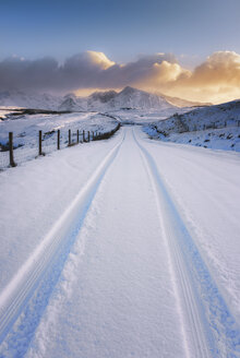 United Kingdom, Scotland, Isle of Skye, Cuillin Hills, street in the winter with tyre tracks - SMAF000192