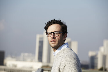 Portrait of serious looking man wearing glasses - FMK000974
