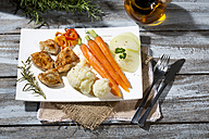 Chicken filets with cauliflower, carrots and bell pepper - MAEF007981
