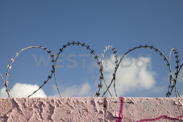Germany, Muenster, Wall with razor barbed wire - WIF000423