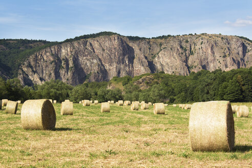 Germany, Rhineland-Palatinate, Bad Munster am Stein-Ebernburg, hay bales in front of the Rotenfels - CSF020928