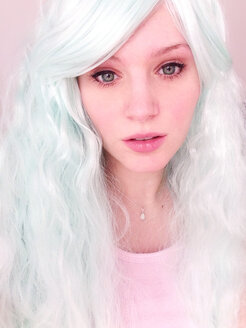 Woman with green eyes and wig - AFF000016