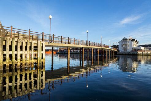 Scandinavia, Norway, Lofoten, Bridge in the harbour of Svolvaer - STSF000316