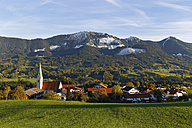 Germany, Bavaria, Chiemgau, Torwang with Samerberg in background - SIEF005125