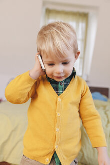 Portrait of toddler telephoning with smartphone - MFF000914
