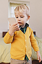 Portrait of toddler looking at smartphone - MFF000913