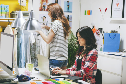 Two female fashion bloggers working in the office - EBSF000061