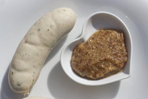 Bavarian veal sausage and sweet mustard in a heart-shaped bowl on a plate - YFF000063
