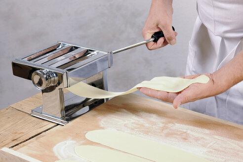 Man using pasta machine for home-made tortelloni - IPF000077