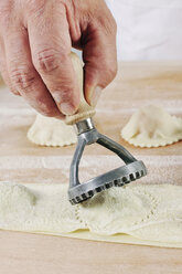 Producing homemade tortelloni, close-up - IPF000083