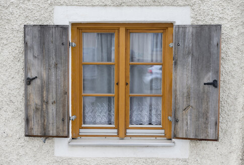 Window with old shutters - HLF000421