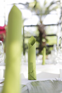 Festive laid table with green napkins, close-up - JATF000696