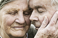 Portrait of senior couple head to head with closed eyes - JATF000708