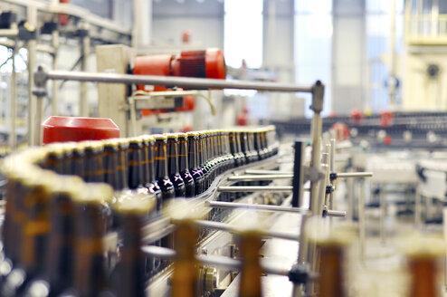 Germany, Bottling system in brewery - SCH000142