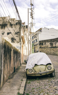 Brazil, Rio de Janeiro, Car on the street covered - AMC000049