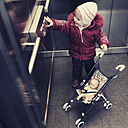 Little girl in the elevator - GS000789