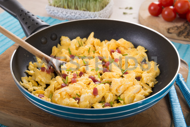 Scrambled eggs with ham cubes in frying pan - CSTF000137