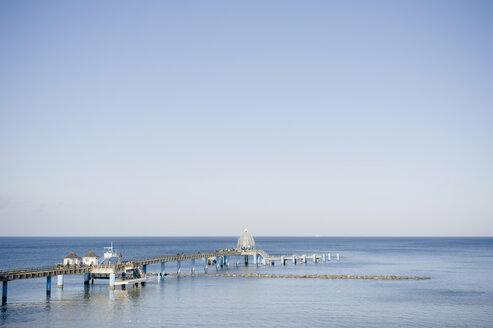 Germany, Mecklenburg-Western Pomerania, Ruegen, Gross Zicker, sea bridge at Baltic seaside resort Sellin - MJF000891