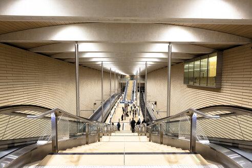 Germany, Saxony, Leipzig, railway station with people on the platform - HC000025