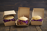 Mini-Burger with pulled pork, red cabbage and fried onions in boxes - ECF000464