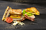 Sandwich with cheese, ham, bacon, tomato and salad - MAEF008160