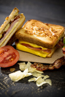 Sandwich with cheese, ham, bacon and tomato - MAEF008158