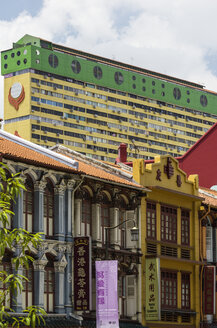 Singapore, old buildings in Chinatown with high-rise building in the background - THA000137