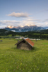 Germany, Bavaria, Werdenfelser Land, lake Geroldsee with hay barn at sunset, in background the Karwendel mountains - RJF000027