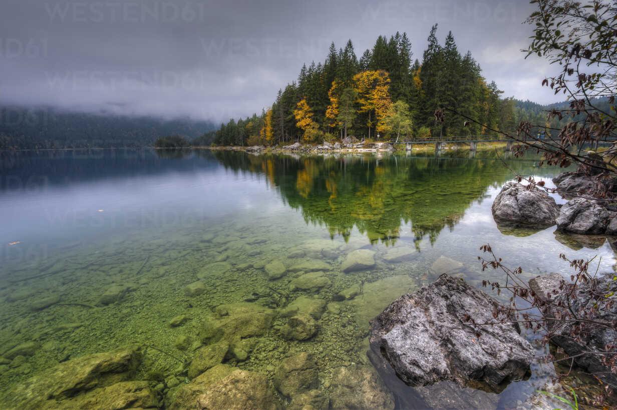 Germany, Bavaria, Werdenfelser Land, Eibsee at autumn - RJF000033 - Roy Jankowski/Westend61