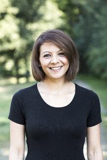Portrait of smiling woman - GDF000299