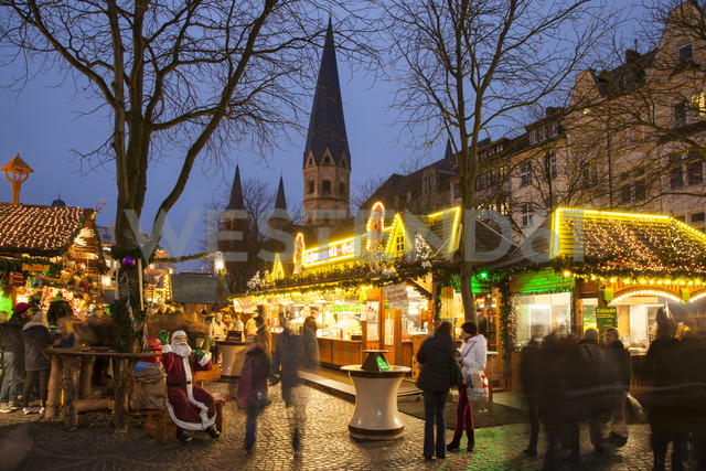 Germany, North Rhine-Westphalia, Bonn, Christmas market at Muenster Square - WI000492 - Wilfried Wirth/Westend61