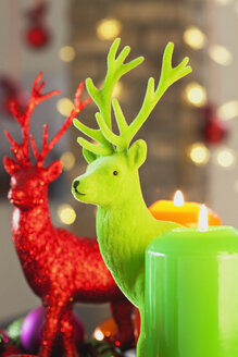 Colourful Advent wreath with candles and toy deers - GWF002651