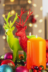 Colourful Advent wreath with candles and toy deers - GWF002653