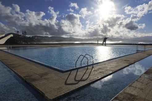 Portugal, Azores, Sao Miguel, Piscinas da Ribeira Grande, Swimming pool next to Atlantic Ocean - ONF000425