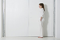 Teenage girl wearing white clothes standing in white room - MAEF008177