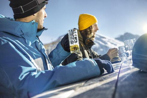 Austria, Vorarlberg, Riezlern, Two skiers in beer garden - MUMF000066