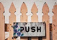 New Zealand, Ngatea, wooden fence with sign Push - WV000499