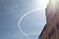 Italy, Tuscany, Volterra, contrail above house - KVF000094