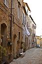 Italy, Tuscany, Volterra, row of houses and alley - KVF000077