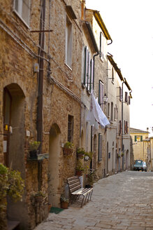 Italy, Tuscany, Volterra, row of houses and alley - KVF000077