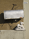 Germany, Frankfurt,Dog figurine under mail box with German flag - MU001460