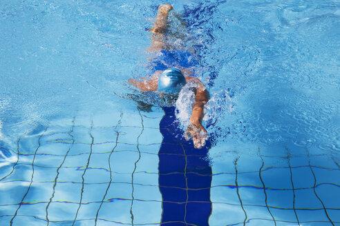 Female swimmer crawling in pool - GWF002670