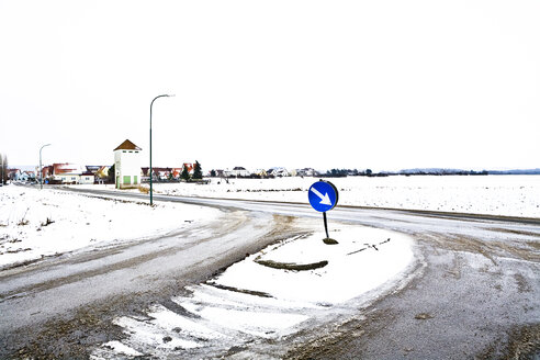 Austria, arrow sign at crossroad in winter - DISF000692