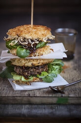 Ramen burgers, with beef patties and lamb's lettuce - SBDF000665